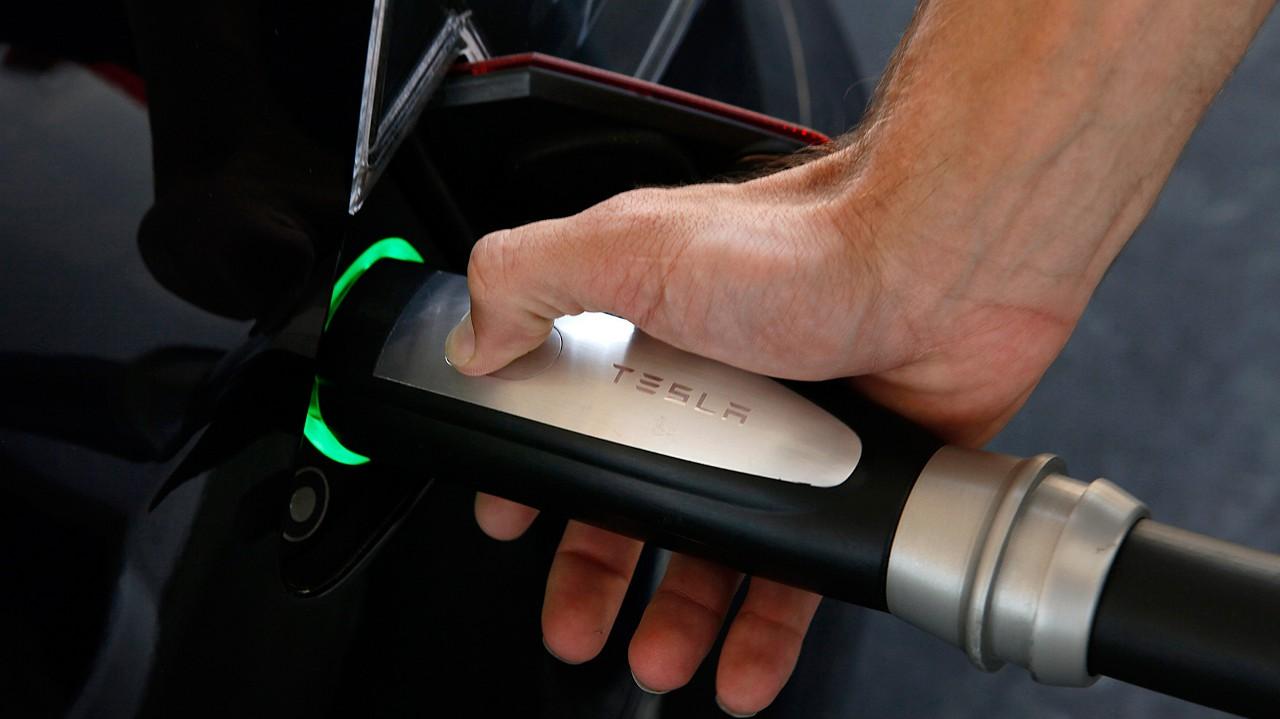 На сотню продаваемых обычных авто в мире пока приходится в лучшем случае одно электрическое, а разлад среди производителей уже заметен. Tesla Motors использует собственную технологию «заправки», несовместимую, например, с BMW. Это как минимум сделает сложнее постройку сети универсальных «заправочных» станций для электромобилей (о чём именно с BMW и пытается сейчас договориться Tesla).