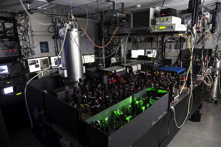 Экспериментальная установка для квантовой телепортации в Делфтском технологическом университете. Низкотемпературные камеры видны в её дальних углах (фото: phys.org).