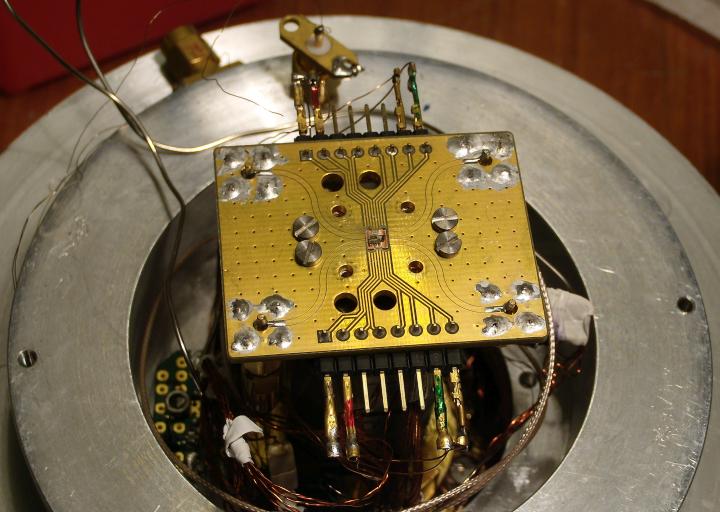 Один из чипов, использованных для квантовой телепортации. Кристалл алмаза находится точно посередине и содержит регистр квантовых битов (фото: tudelft.nl).