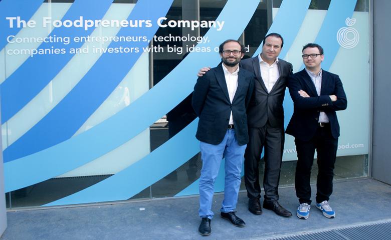 Хосе Рамон Трамойерес, Мариус Роблес и Пако Моралес у входа в штаб-квартиру Reimagine Food (фото: reimagine-food.com).