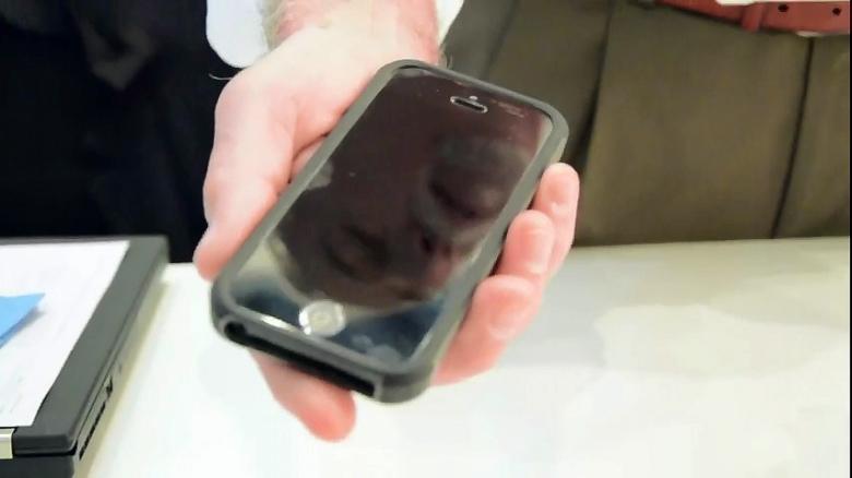 Сапфировое покрытие превратит экран смартфона в зеркало (фото: engadget.com).