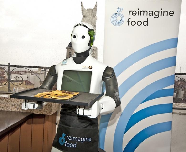 Робот-официант REEM (фото: gizmag.com).