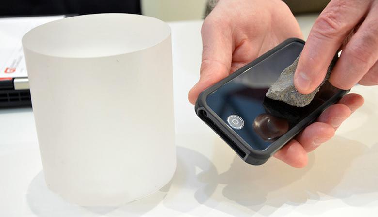Дисплей с покрытием из лейкосапфира практически невозможно поцарапать (фото: engadget.com).