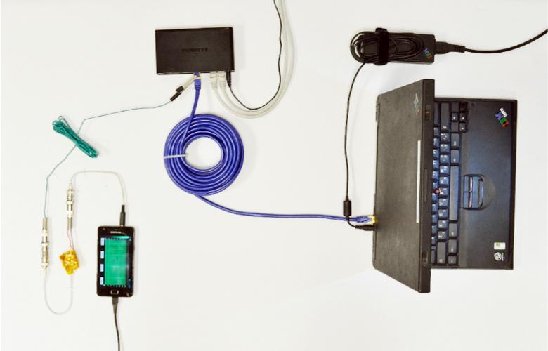 Практическая реализация схемы скрытого перехвата ключей с использованием подключения к экрану кабеля Ethernet и  смартфона для оцифровки сигнала (фото: tau.ac.il).