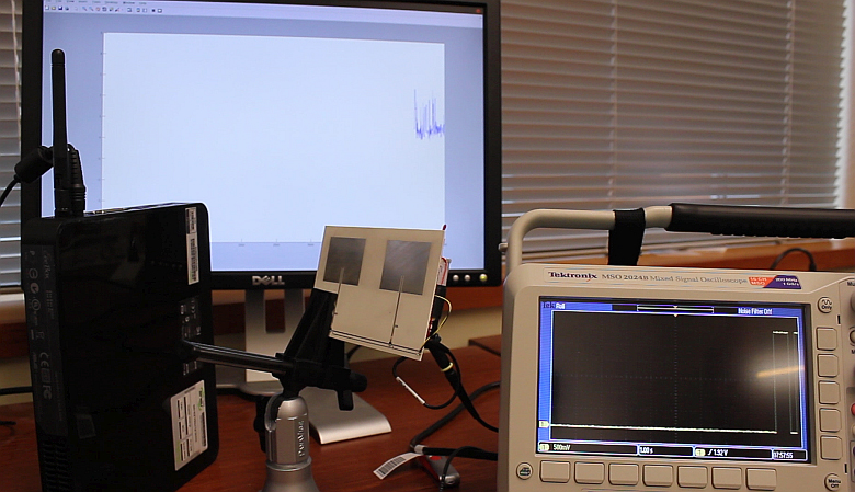 Слева направо: точка доступа Wi-Fi, модулятор (питается от энергии радиоволн) и осцилограф для измерения колебаний уровня сигнала Wi-Fi (фото: washington.edu).