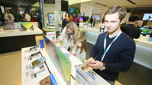 Количество фирменных салонов Samsung в России сократилось на 17%.
