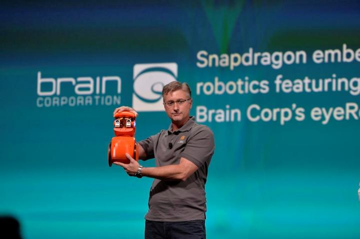 Старший вице-президент Brain Corporation Тодд Хилтон демонстрирует колесного робота, способного обучаться следовать жестам владельца.