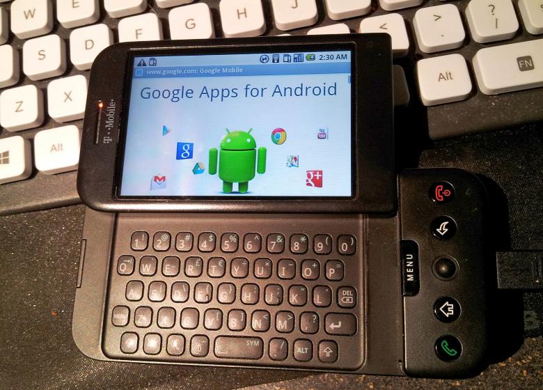HTC Dream - первый смартфон с ОС Android и физической клавиатурой (фото: gadgantis.com).