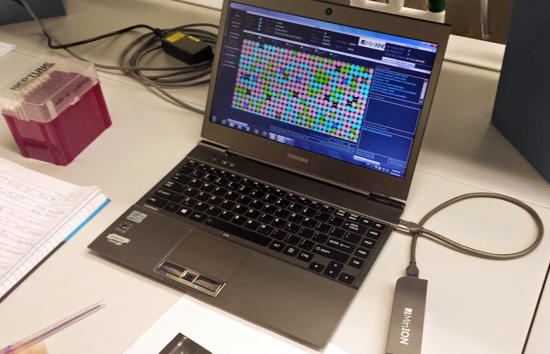 Портативный ДНК-анализатор MinION (фото: mqgenomics.blogspot.com).