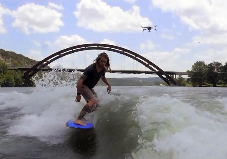 Два дрона IRIS+ облетают сёрфингиста, снимая его и друг друга (фото: 3drobotics.com).