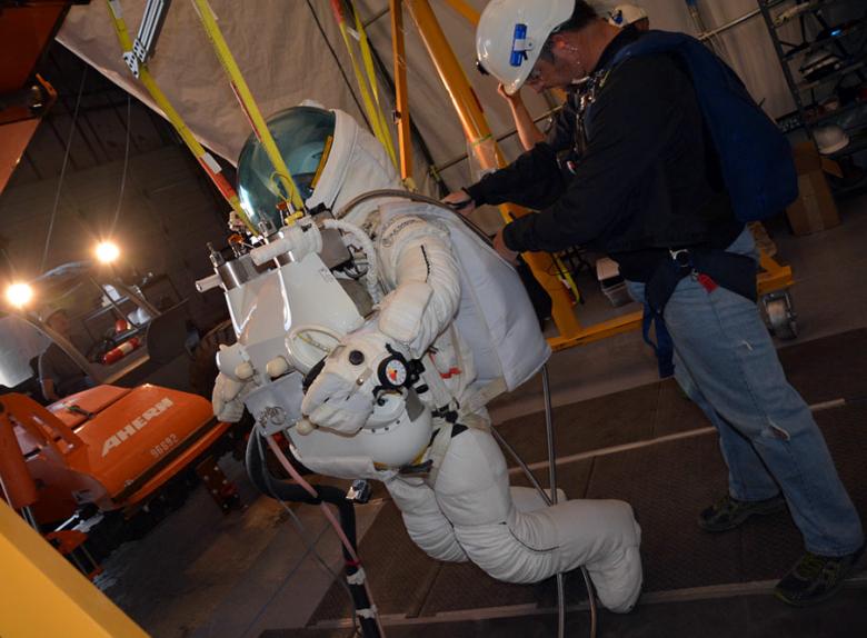Высотный скафандр для Алана Юстаса (фото: paragonsdc.com).