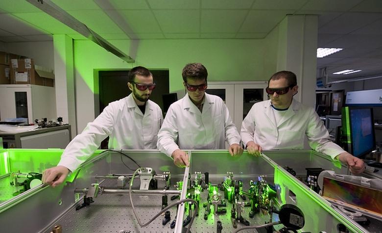 Томас Фок, Юрий Степаненко и Лукаш Венжиньски у лазерной установки в Варшавском университете (фото: IPC PAS).