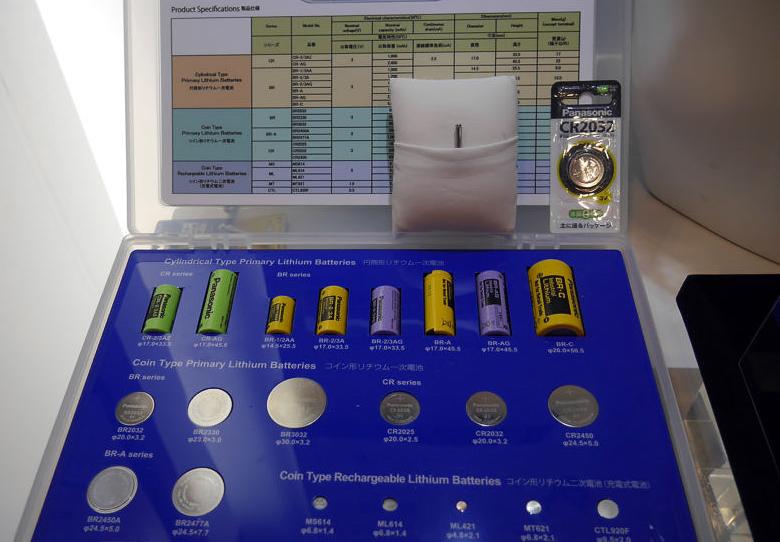 Panasonic CG-320 в сравнении с литиевыми батареями других форматов (фото:  Edwin Kee).