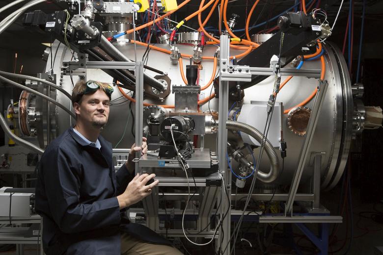 Том МакГуайр рядом с прототипом реактора T4 (фото:  Eric Schulzinger  / Lockheed Martin).