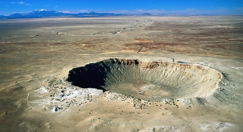 Кратер Бэррингера сформировался на территории штата Аризона при падении малого астероида диаметром около 50 метров (изображение: sciencecentres.org.uk).