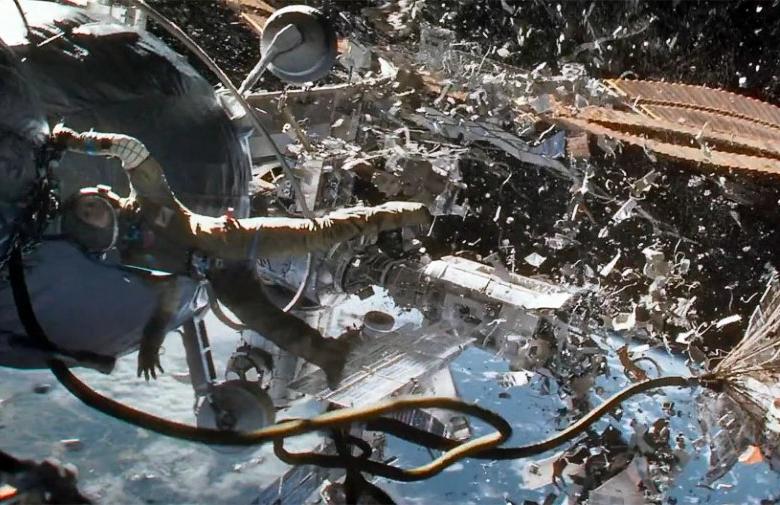 """Последствия столкновения с космическим мусором в фильмах далеки от реальности (кадр из фильма """"Гравитация"""")"""