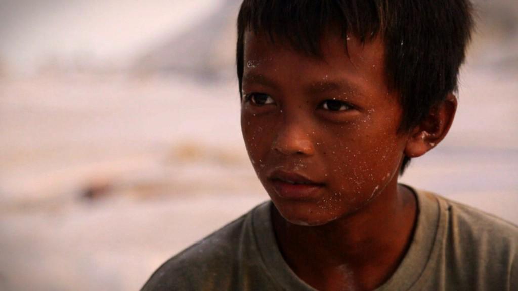 Этому мальчугану 12 лет. Он тоже помогает добывать олово, которое потом перепродаётся Apple.