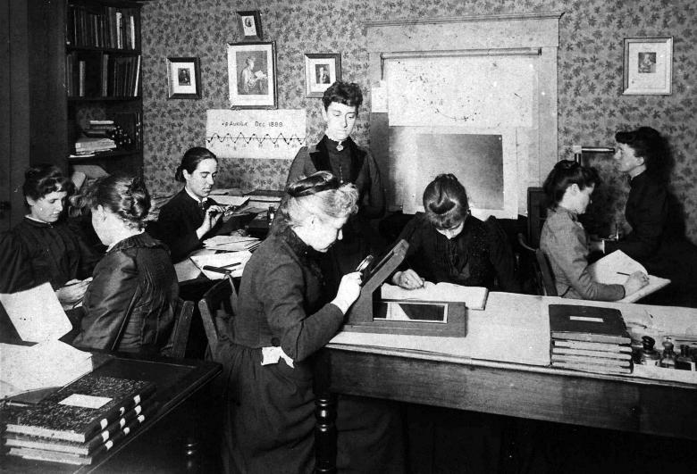 Генриетта Ливитт (третья слева) с коллегами в Гарвардской обсерватории (изображение: smithsonianmag.com).