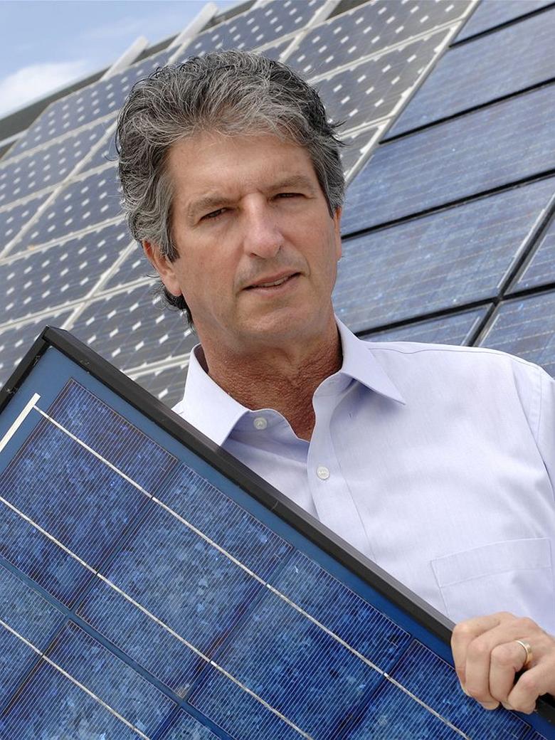 Профессор Мартин Грин демонстрирует солнечную панель с новым оптическим фильтром (фото: abc.net.au).