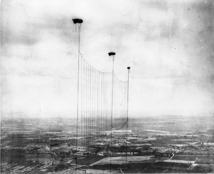Британские аэростаты заграждения над Лондоном, снимок сделан между 1915 и 1918 годом.