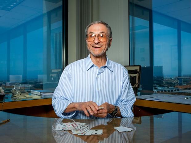 Торп, которому сейчас за 80, за свою жизнь просчитал блэкджек, вместе с Клодом Шенноном (тем самым) посягнул на рулетку, а после сделал состояние на бирже.