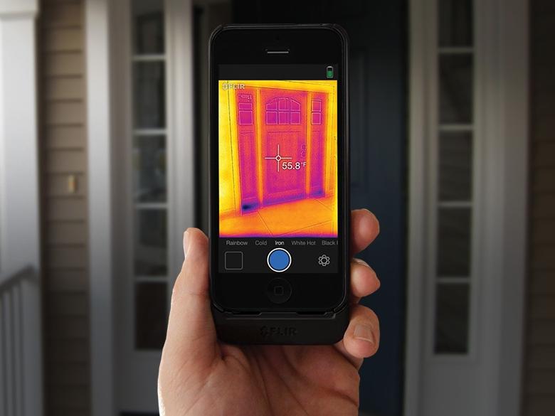 Обнаружение дефектов монтажа окна при помощи модуля тепловизора FLIR One для смартфона (изображение: flir.ru).
