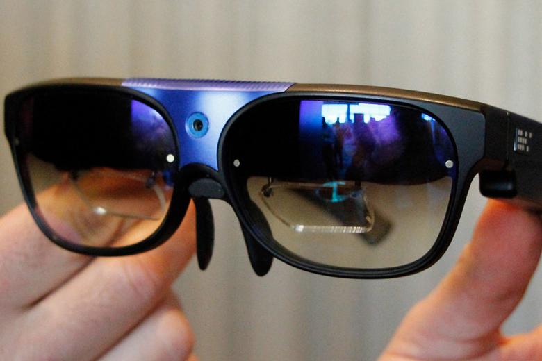 Два проекционных дисплея с разрешением 720p у очков ODG (фото: mashable.com).