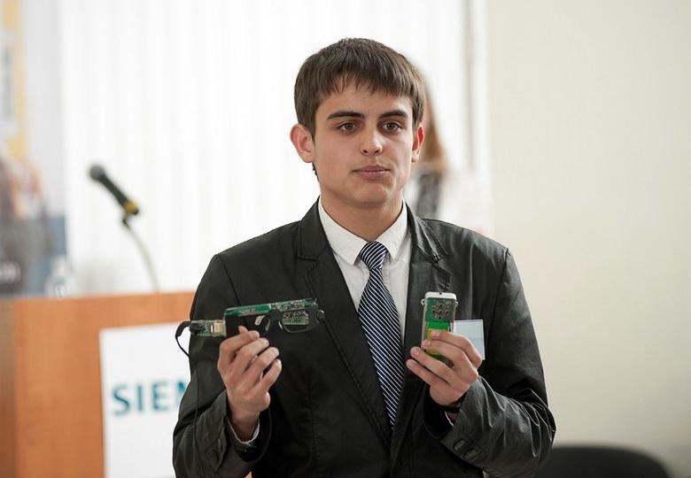 Павел Курбацкий демонстрирует прототип навигационного комплекс для слабовидящих (фото: siemens.ru).