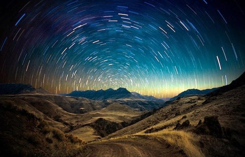 Съёмка ночного неба иллюстрирует вращение Земли (фото: Ben Canales).