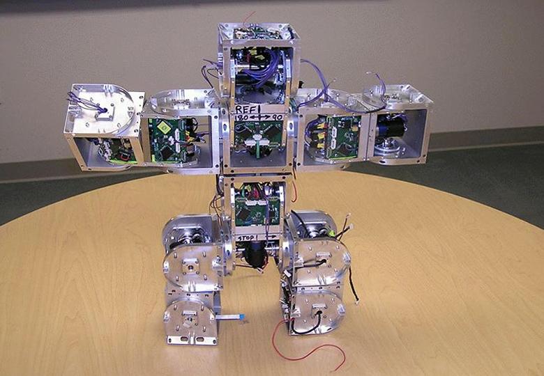 Демонстрация модульных роботов SuperBot.