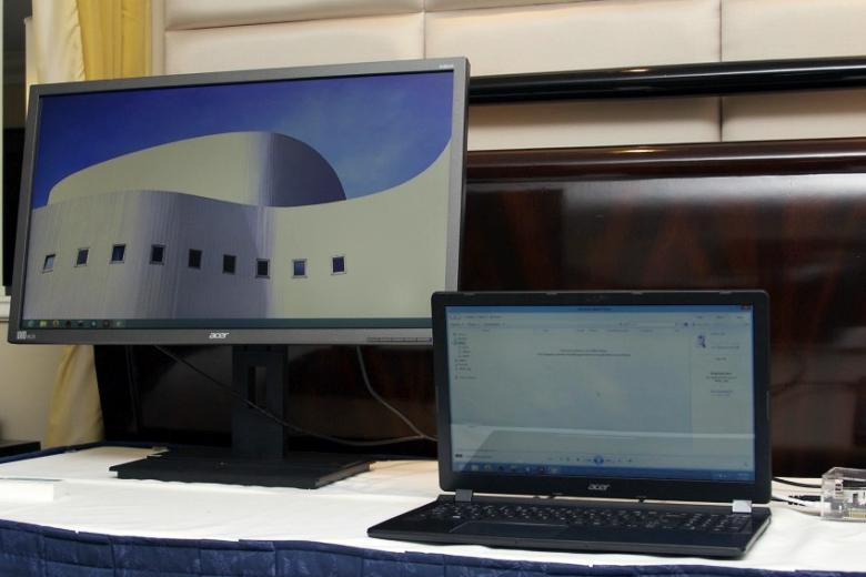 К порту USB 3.1 ноутбука подключены монитор и внешний жёсткий диск (фото: Andrew Cunningham).
