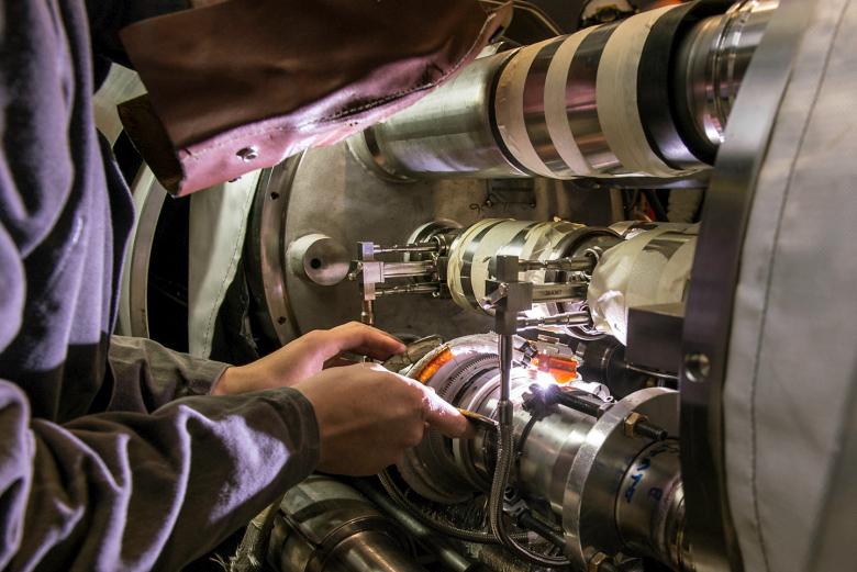 Сварка цепей дипольных магнитов (фото:  Maximilien Brice / CERN).