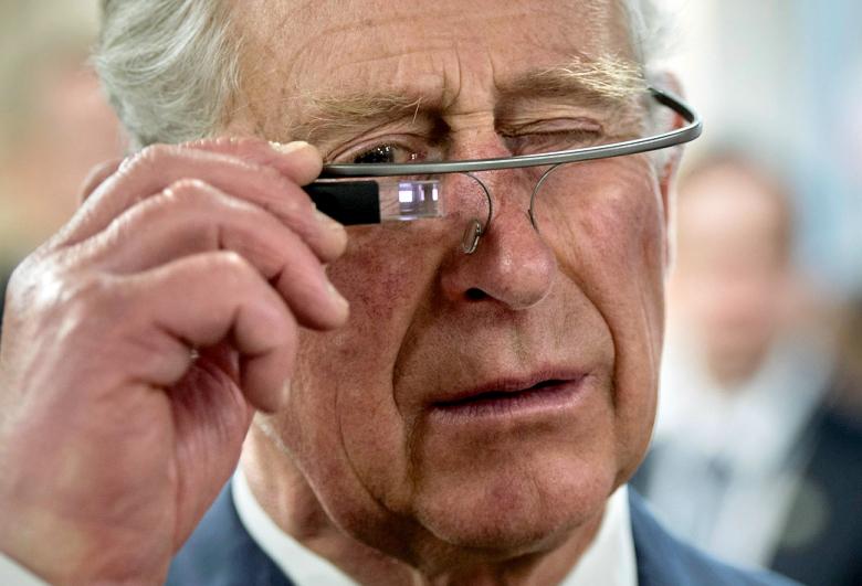 Чарльз, принц Уэльский в тестовой версии очков Google Glass (фото: Paul Chiasson / The Canadian Press, via Associated Press).