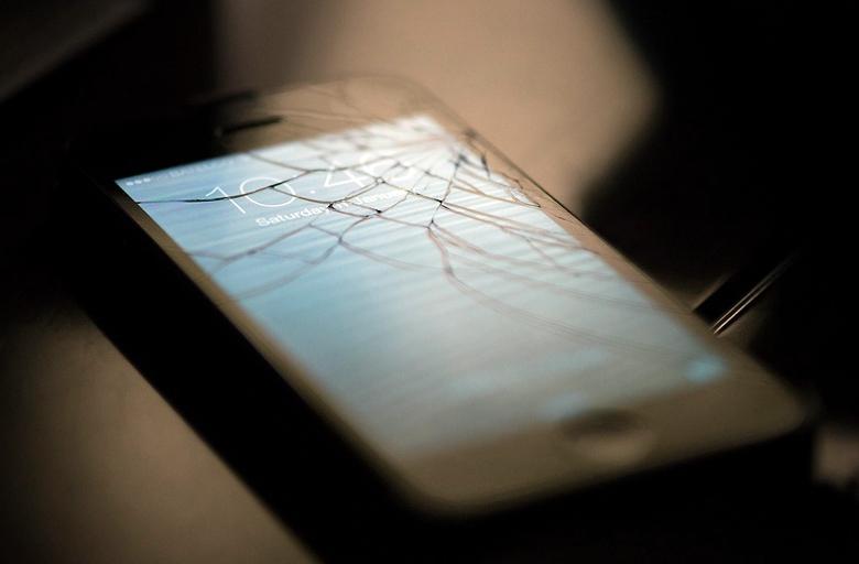 Corning Phire защитит экран смартфона почти от любых механических повреждений (фото: dailydot.com).