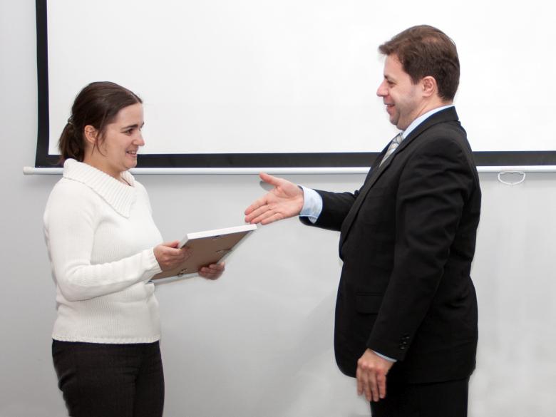 Руководитель Академической программы SAS Михаил Петровский вручает приз Ирине Макаровой (фото: Андрей Васильков / Компьютерра).