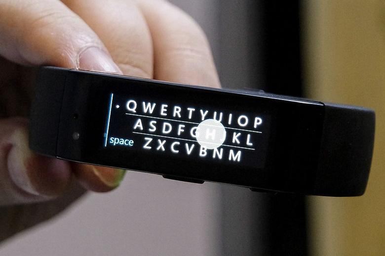Виртуальная клавиатура фитнес-трекера Microsoft Band (фото: windowscentral.com).