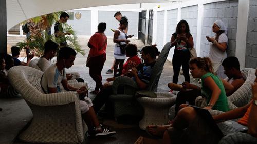 Открытие первой на Кубе публичной точки доступа Wi-Fi было подарком кубинского артиста Kcho.