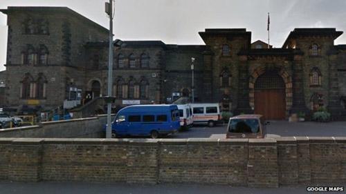 Узник британской тюрьмы Wandsworth сбежал, отправив e-mail со своего мобильного телефона.