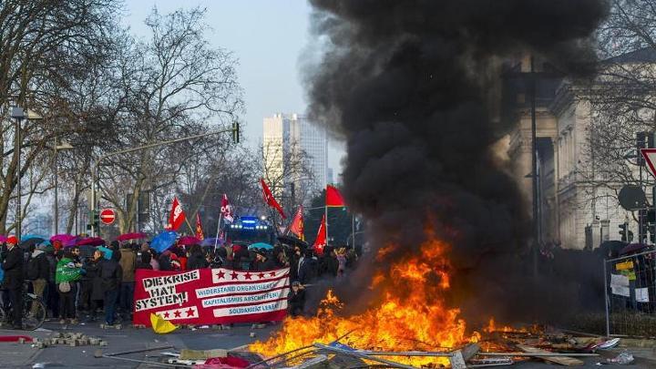Горящие покрышки во Франкфурте-на-Майне – а вроде никто не раздавал протестующим немцам тульские пряники и московские баранки…