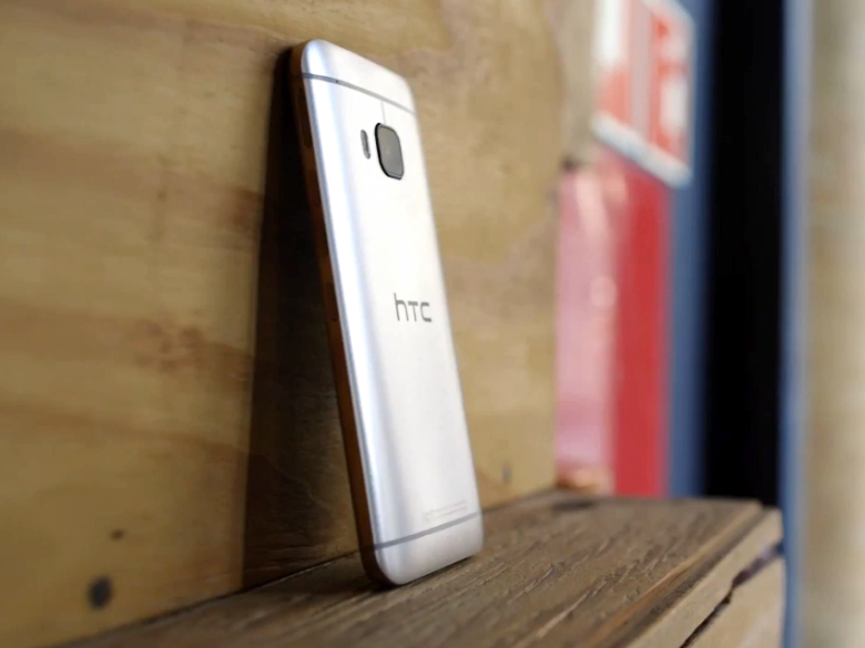 HTC One M9: защитное стекло объектива выступает из корпуса (фото: theverge.com).