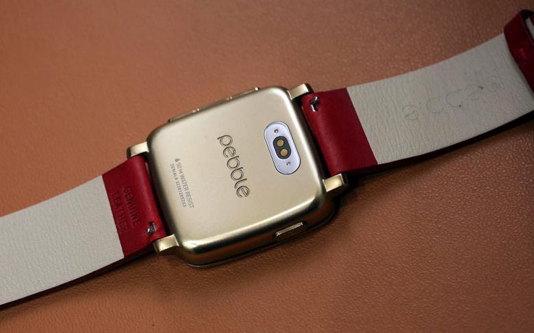 Умные часы Pebble Time (фото: cnet.com).
