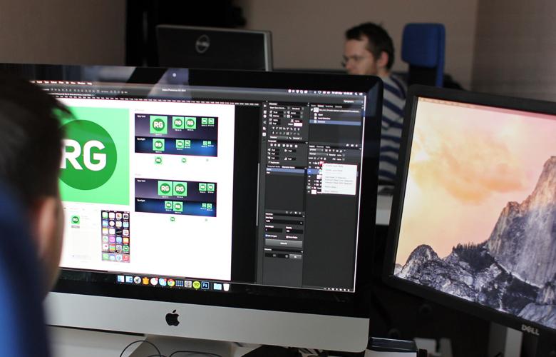 Дизайнеры интерфейса за работой (фото: ratengoods.com).