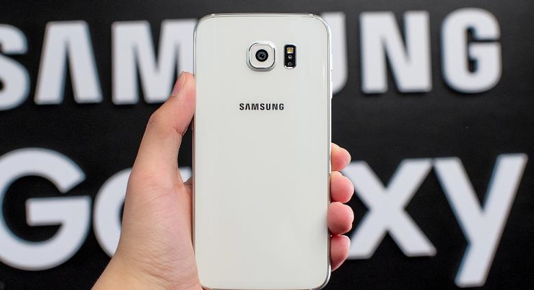 Тот же Galaxy S6, вид сзади (фото: anandtech.com).