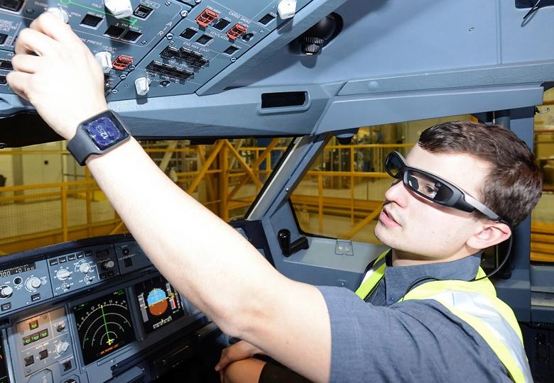 Техник Virgin Atlantic в очках Sony SmartEyeGlass  (фото: Simon Wright / Sony).