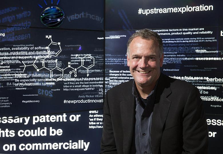 Старший вице-президент IBM Watson Group Майк Родин демонстрирует возможности платформы в нью-йоркском клиентском центре (фото: Jon Simon / IBM).