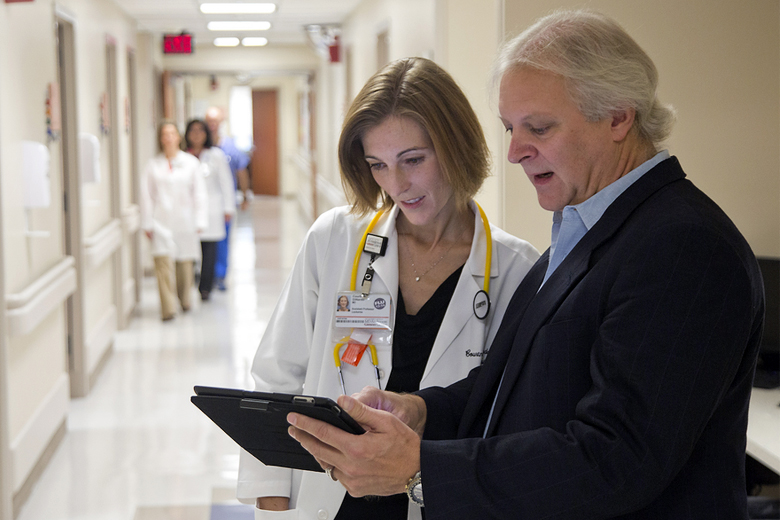 Вице-президент и главный технический директор IBM Watson Роб Хай (Robert High) рассказывает врачам о новых возможностях платформы (фото: Thomas B. Shea / IBM).