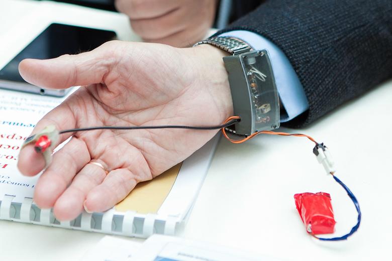 Модель слухового аппарата с тактильной связью.
