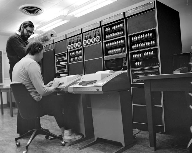 Кен Томпсон, изображённый вместе с Деннисом на этом знаменитом фото 1972 года, сам по себе легендарная личность, но — ирония судьбы, не иначе — известен ещё меньше, чем его коллега по проекту UNIX. Ему принадлежит авторство или соавторство идеи регулярных выражений и редакторов QED/ed, кодировки UTF-8, языка программирования Go (созданном им уже в Google). Он же помог построить и Belle — многократного мирового чемпиона по шахматам среди компьютеров.