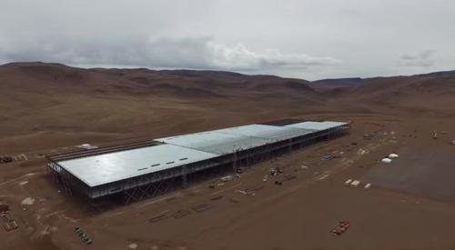 Дрон облетел гигантскую фабрику, которую компания Tesla Motors возводит на севере Невады.