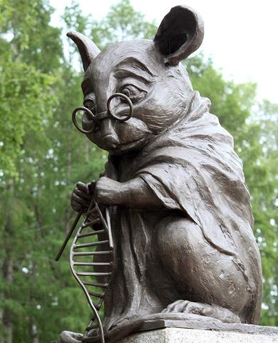 Памятник лабораторной мыши в сквере Института цитологии и генетики СО РАН (фото: Анна Горбунова / sib.fm).